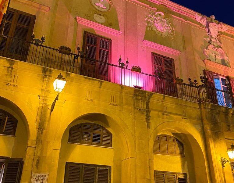 Il palazzo Comunale  per tre giorni si tinge di Rosa