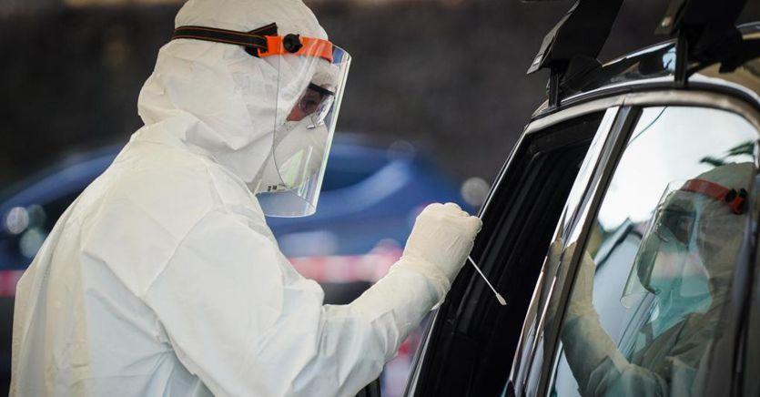 I medici dell'ASP a Monreale per effettuare tamponi in modalita' drive-in a Piazzale Florio.
