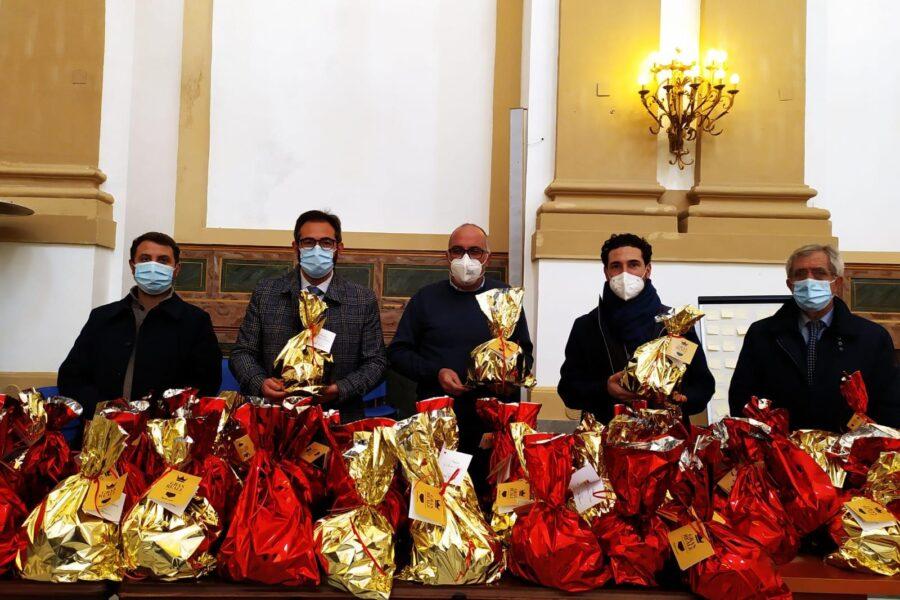 Natale alla Caritas : Panettoni per le famiglie in difficoltà dalla Presidenza della Regione