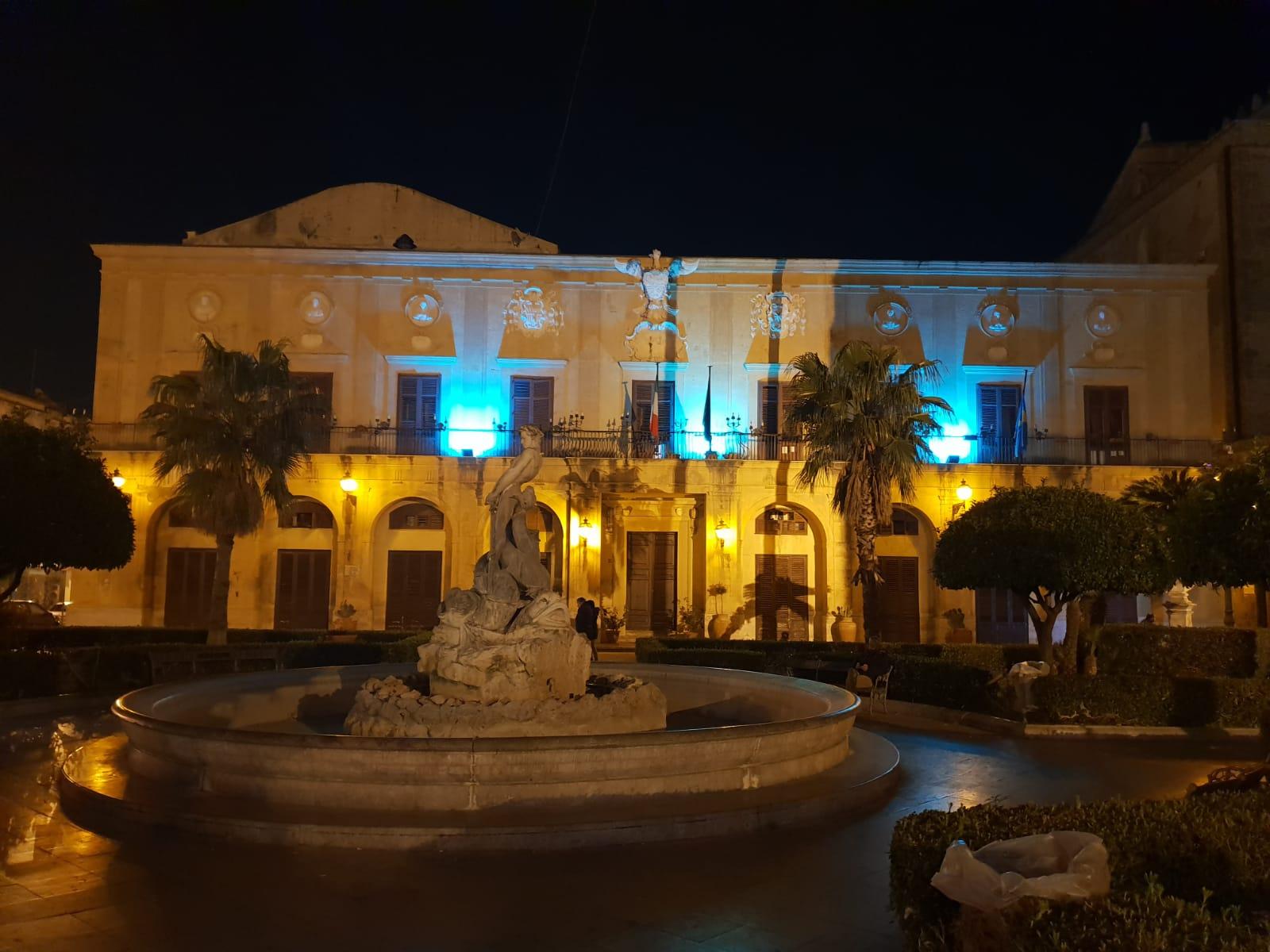 Giornata internazionale delle malattie rare. Il Palazzo di Città illuminato di blu.