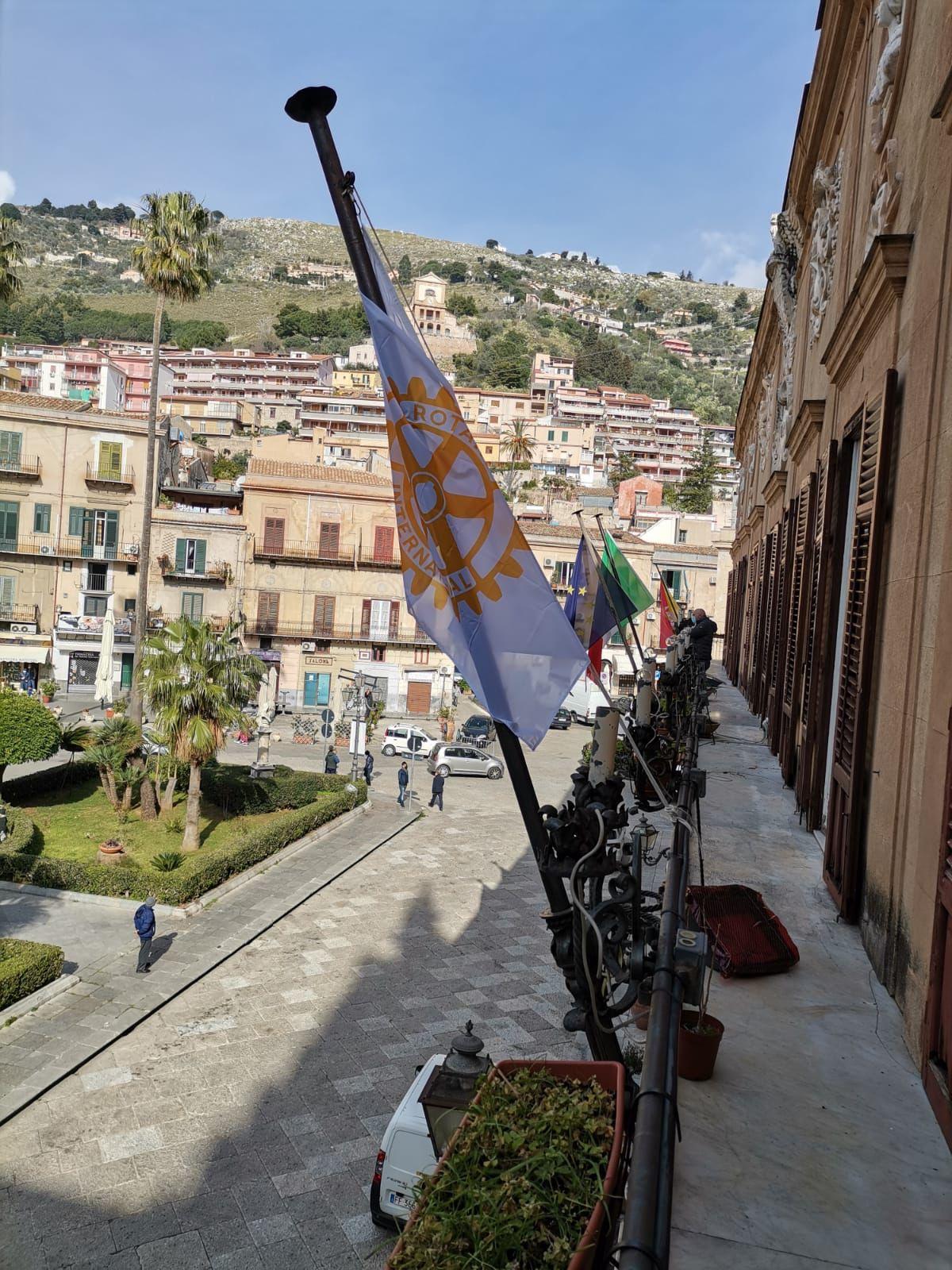 Bandiere a mezz'asta a Palazzo di Città per esprimere cordoglio  per la morte dell' Ambasciatore Luca Attanasio e del Carabiniere Vittorio Iacovacci uccisi in Congo.